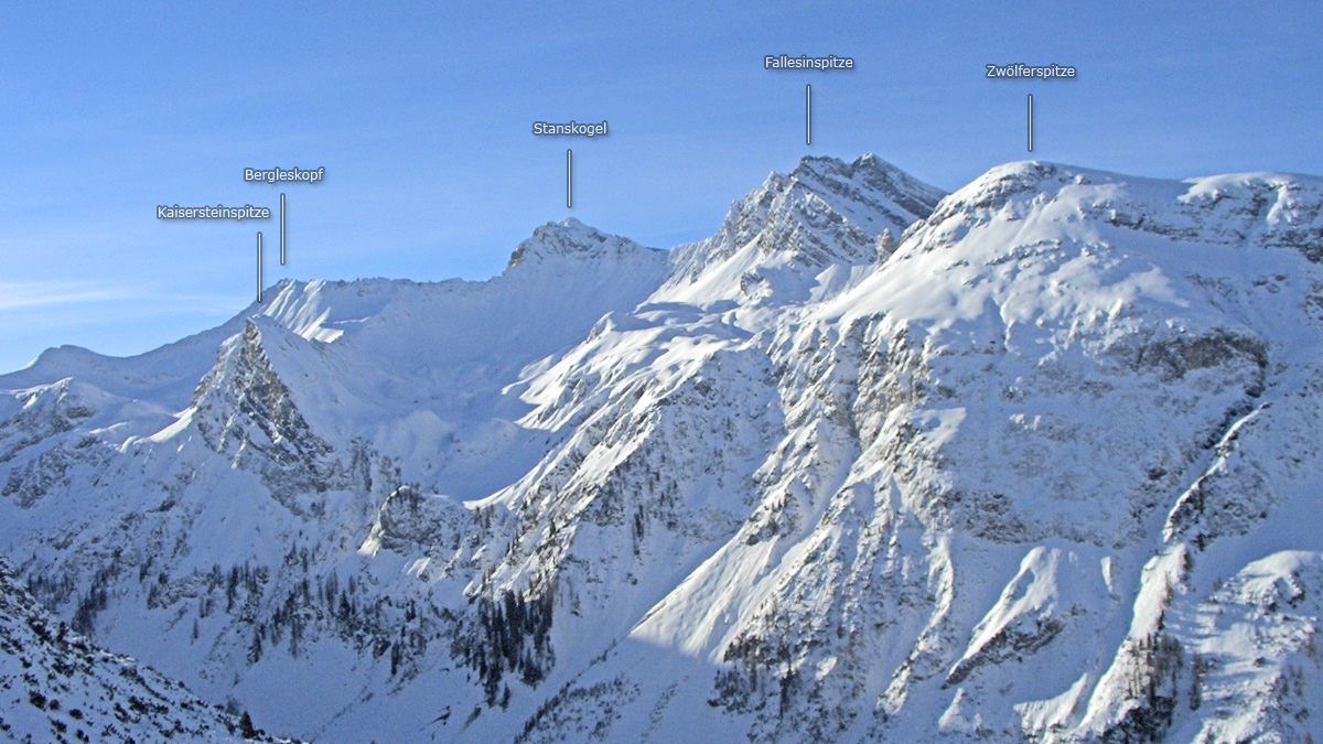 Bergpanorama über das Kaisertal hinweg zu Stanskogel, Fallesinspitze & Co