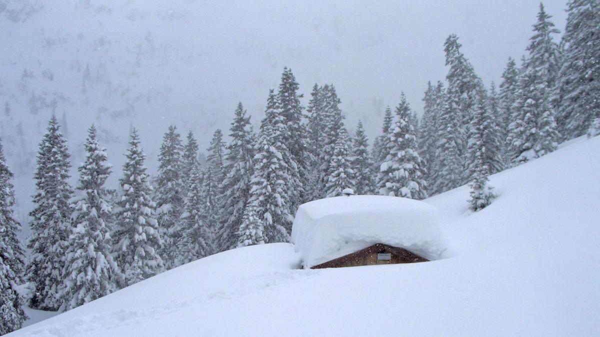 beachtlich welche Neuschneemengen sich auf der kleinen Hahlehütte aufgetürmt haben