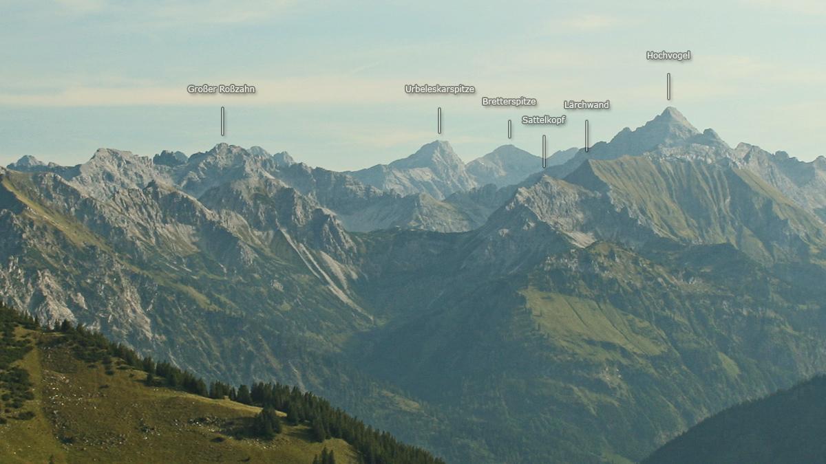 Panorama der Gipfelreihe über dem Erzbachtal