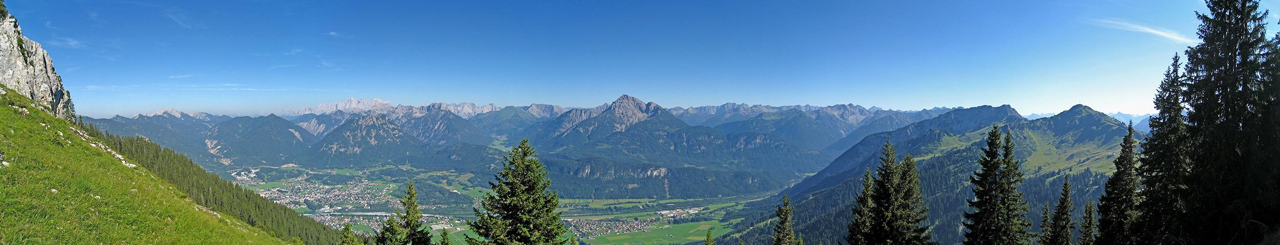 Panorama von unterhalb der Blachenspitze in den Reuttener Talkessel hinab
