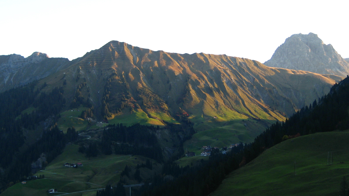 Blick auf den Sonnenberg mit der Höferspitze - im Hintergrund rechts der Große Widderstein