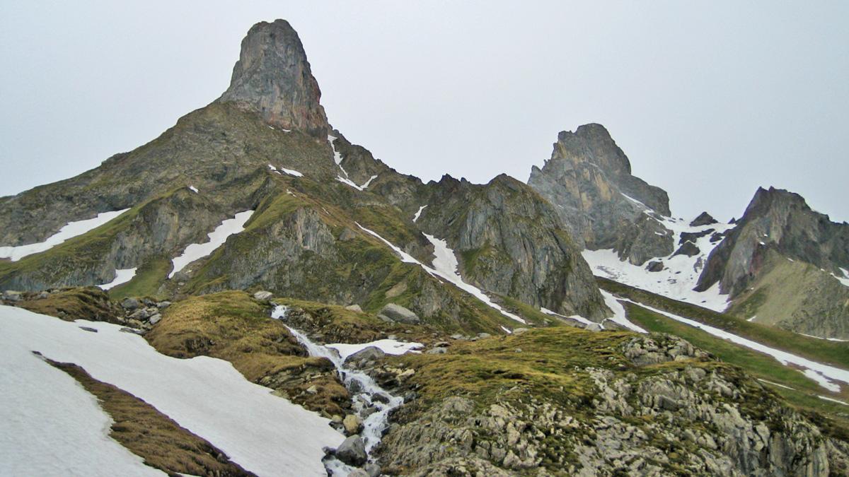 der Mittelrücken macht aus dem Fallenbacher Tal gesehen eine ziemlich gute Figur - im Hintergrund die Holzgauer Wetterspitze