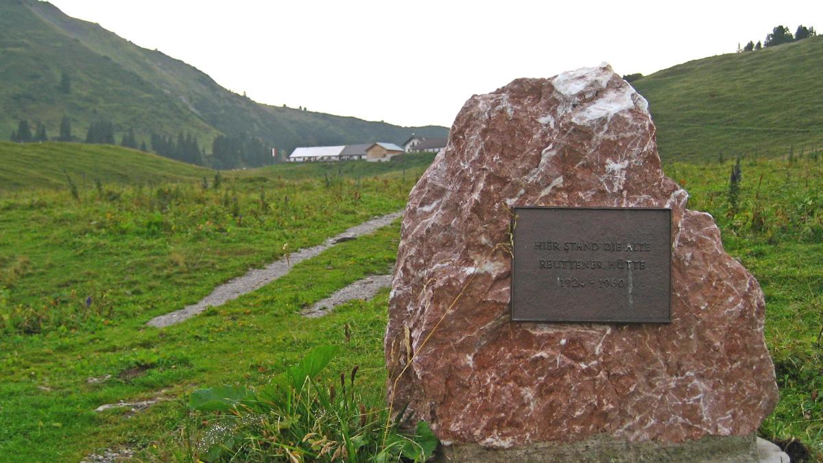 Gedenktafel - hier stand die alte Reuttener Hütte (1924 - 1960) - auf der Raaz