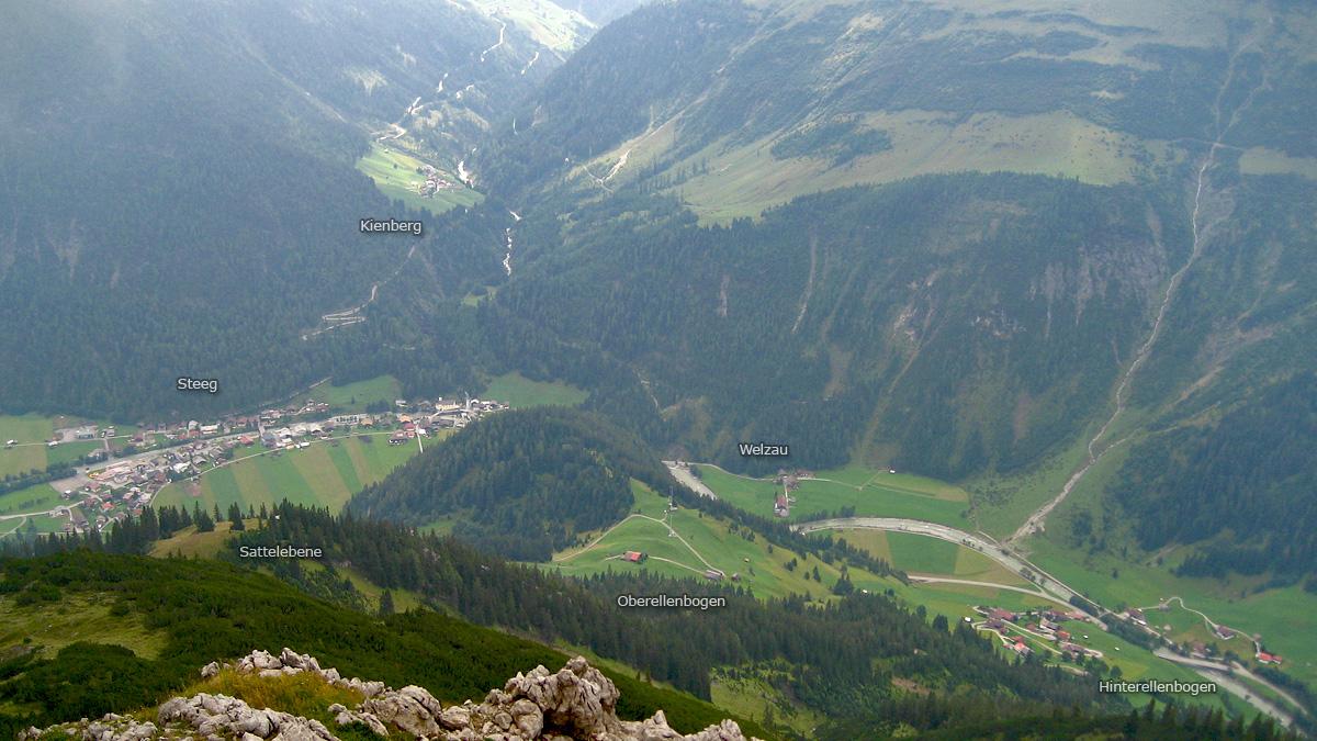 Ausblick während des Abstieges von der Ellbogner Spitze auf die Lechtaler Gemeinde Steeg