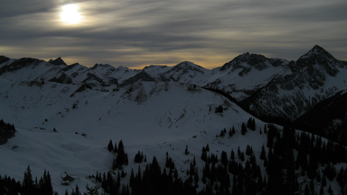 der Abend bricht über die Usseralpe herein - im Hintergrund die Vilsalpseegruppe in den Allgäuer Alpen