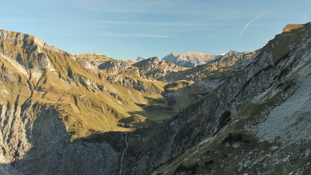 Blick in das Gebiet der Kastenalpe und zum Alplsee mit seinem Wasserfall an der Bergaicht (Bärgaicht)