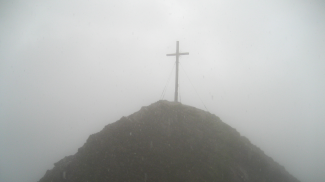 Kreuzspitz-Gipfel bei Starkregen und Gewitter