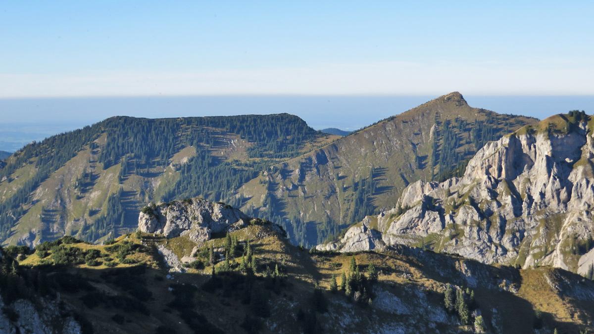 das Schlössel - ein kurzer Felsgrat nördlich der Weitalpspitze - im Hintergrund (v.l.) der Firstberg, der Grubenkopf und der Vorderscheinberg