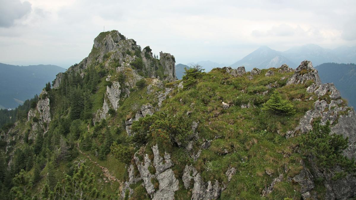 Gipfelblick vom Zinken hinüber zum benachbarten Sorgschrofen - der direkte Gratübergang wird nur den Geübten empfohlen