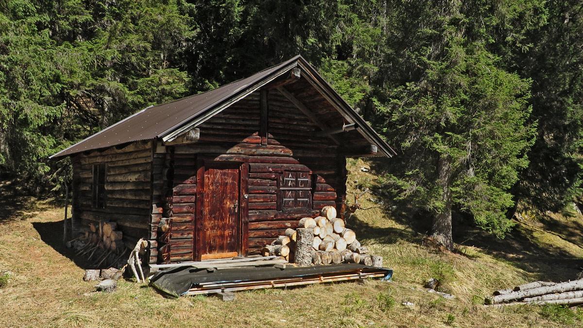 die Gaichtberg-Jagdhütte am Rande der Felswände des Schwarzenberges