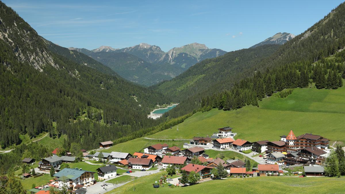 der Berwanger Ortsteil Rinnen mit Blick durch das Rotlechtal mit dem Rotlech-Stausee