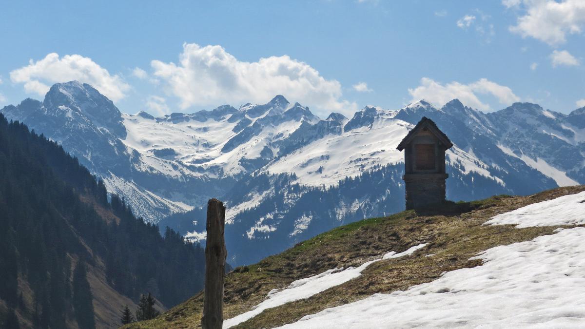 Ausblick von der Satteleggalpe am Stoggensattel gegen Süden in Richtung Hochkünzelspitze (li.)