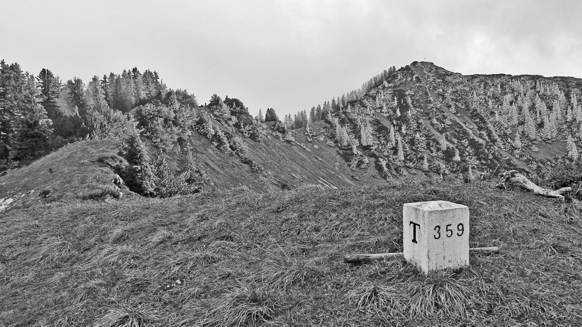 Ausblick vom Dürrenberg - der Grenzstein markiert auch den Gipfel - hinüber zum Koflerjoch