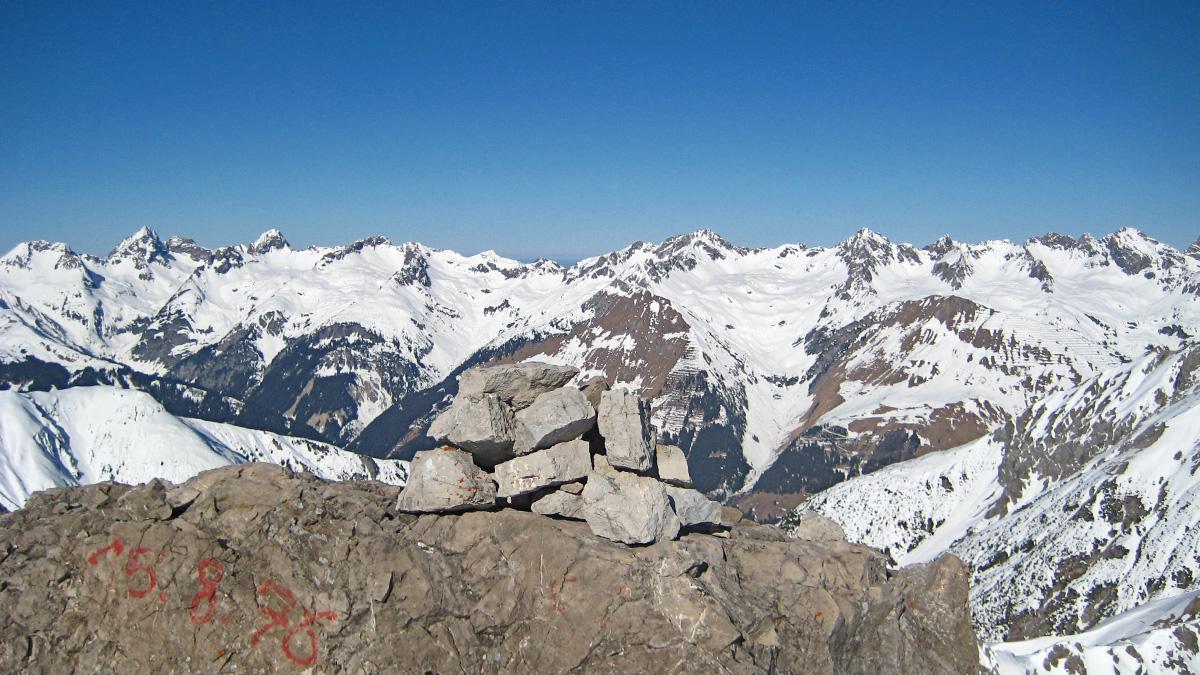 Gipfelblick von der Großen Schafkarspitze in den Lechtaler Alpen hinüber zu der Hornbachkette in den Allgäuer Alpen