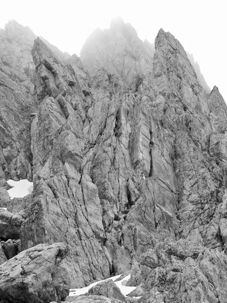 aufgestellte Felsplatten in der Nordwand des Imster Muttekopfes