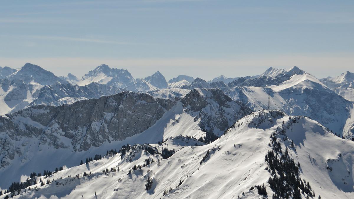Gipfelblick von der Schneid hinüber zu der Gaichtspitze und dem Hahnenkamm - im Hintergrund die Lechtaler Alpen