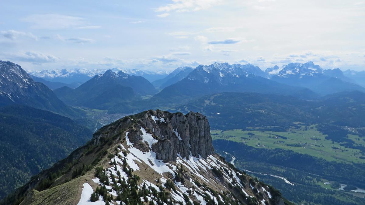 Gipfelblick vom Seinskopf hinüber zum Signalkopf und hinab ins Isartal