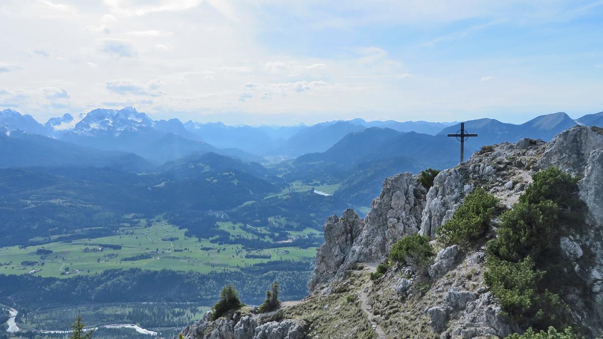 Ausblick vom Signalkopf gegen Westen in Richtung Garmisch-Partenkirchen und zum Zugspitzmassiv