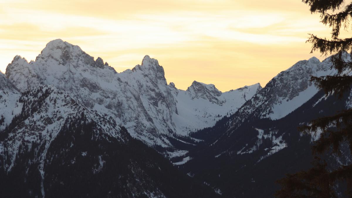 Ausblick hinein in das Raintal und den darüber aufragenden Berggestalten (v.l.) Köllenspitze, Gimpel und Schartschrofen