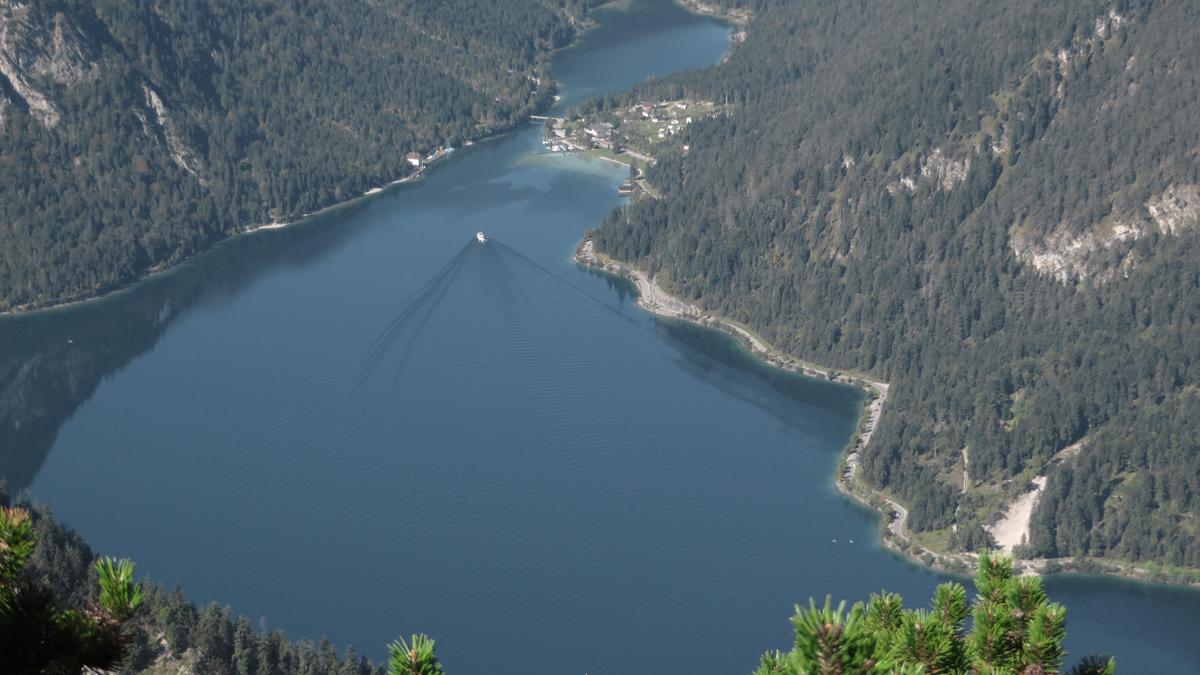 die MS Margarethe und die MS Wilhelm fahren von Mitte/Ende Mai bis Mitte Oktober planmäßig über die Seen