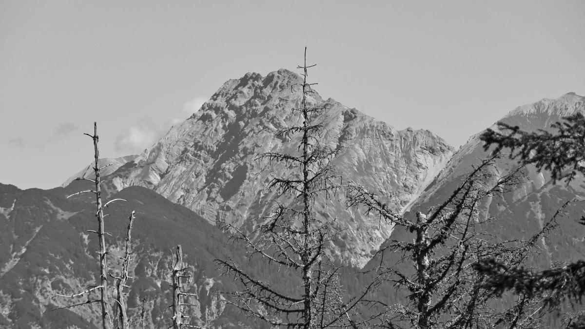 die charakteristisch gebänderte Westflanke der Kreuzspitze