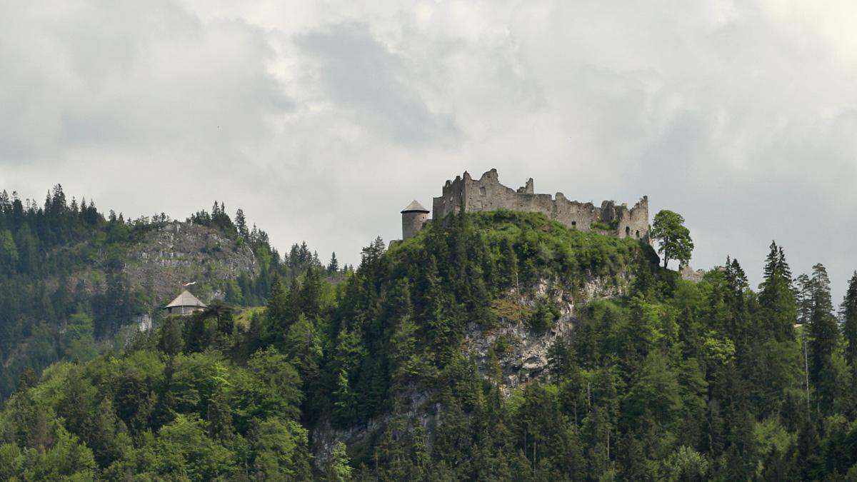 Blick vom Stegerberg (Reutte) hinauf zur Ruine Ehrenberg