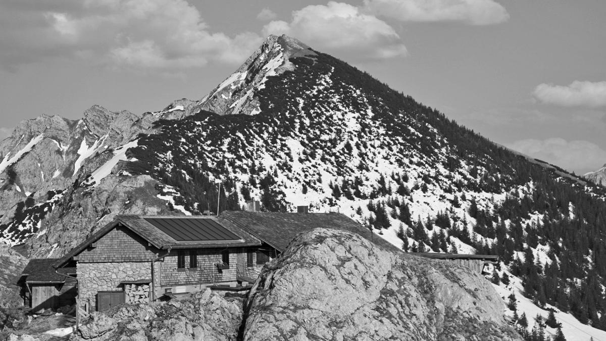 die Bad-Kissinger-Hütte gesehen von Westen - Aufnahme Frühjahr 2009
