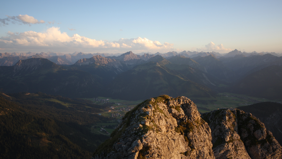 den Sonnenuntergang am Gipfel des Aggensteins genießen