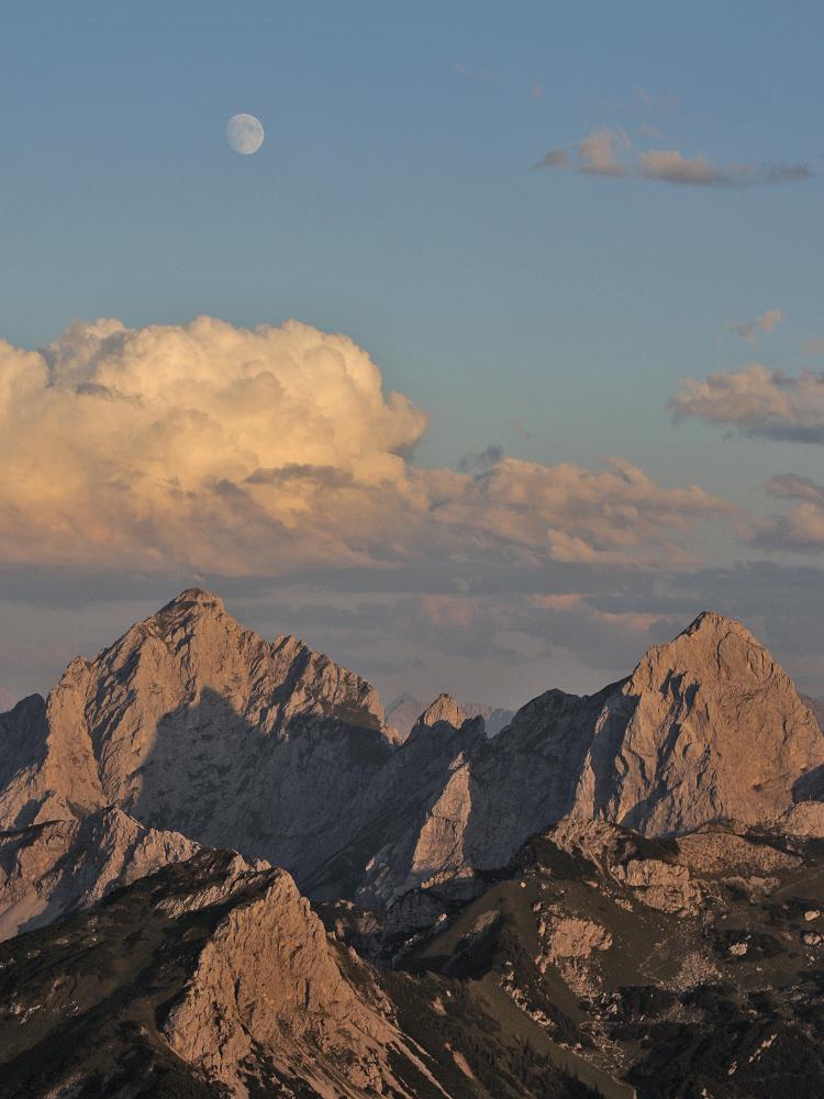 Wolkentürme bauen sich über den Gipfeln von Köllenspitze und Gimpel auf
