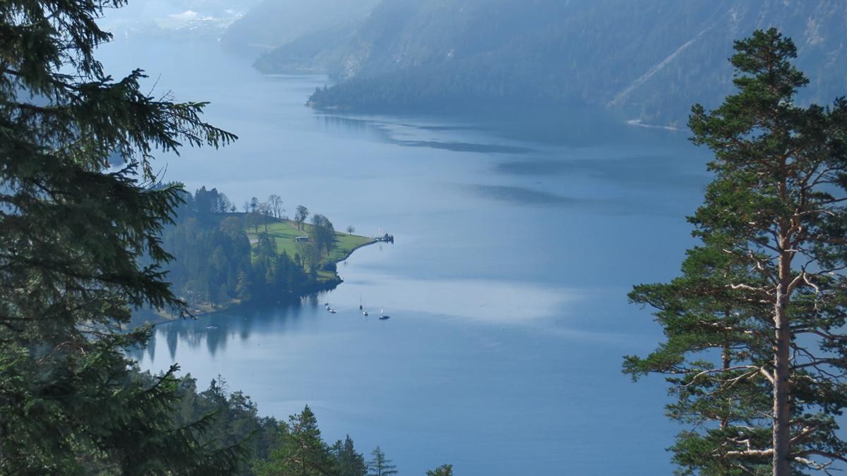 Blick auf den Seehof am Achensee während des Anstieges zur Köglalm