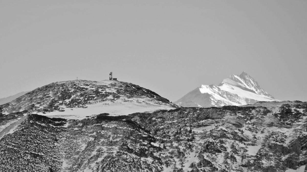 Tele-Aufnahme vom Unnütz-Südgrat hinüber zum Roßkogel (Rofan) und weit im Hintergrund der Großglockner (Hohe Tauern)