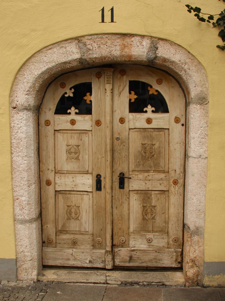steinerner Türbogen in der Füssener Altstadt aus dem späten 14. Jahrhundert