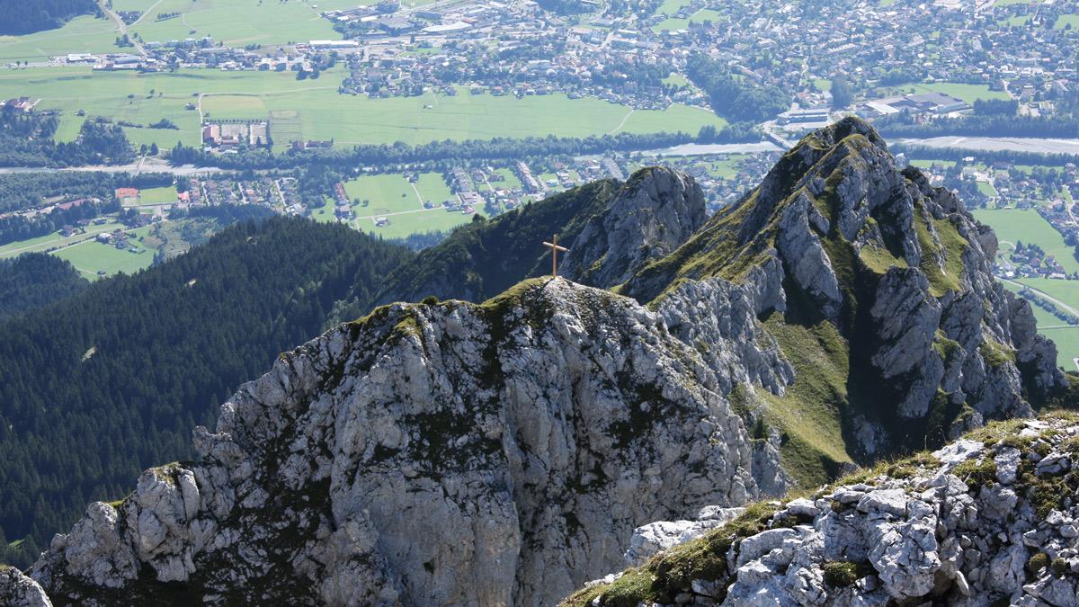 Blick von der Großen Gehrenspitze hinab zu der Kleinen Gehrenspitze und die den Ostgrat abschließende Blachenspitze