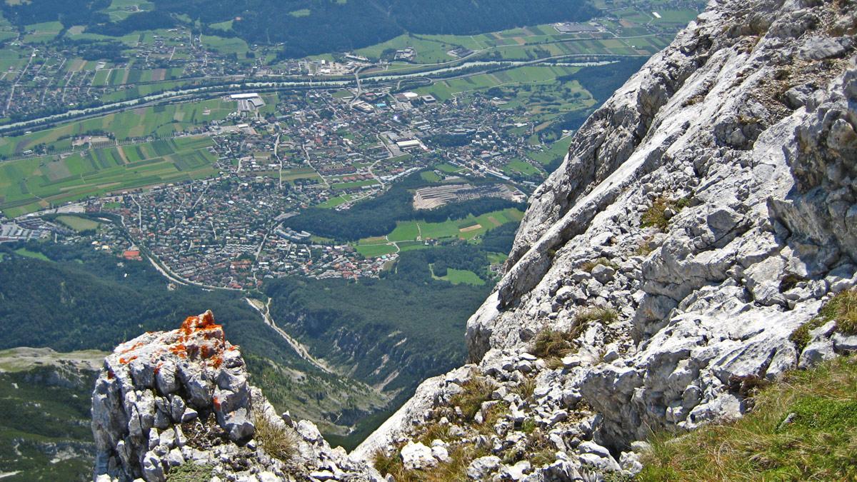 Gipfelblick von der Hohen Munde hinab nach Telfs