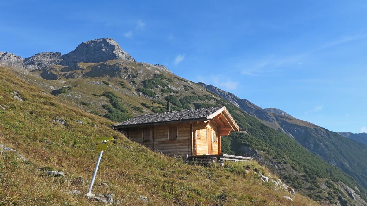 an der neuen Jagdhütte zweigt der Weg in das Peischelkar ab - darüber der Wilde Kasten