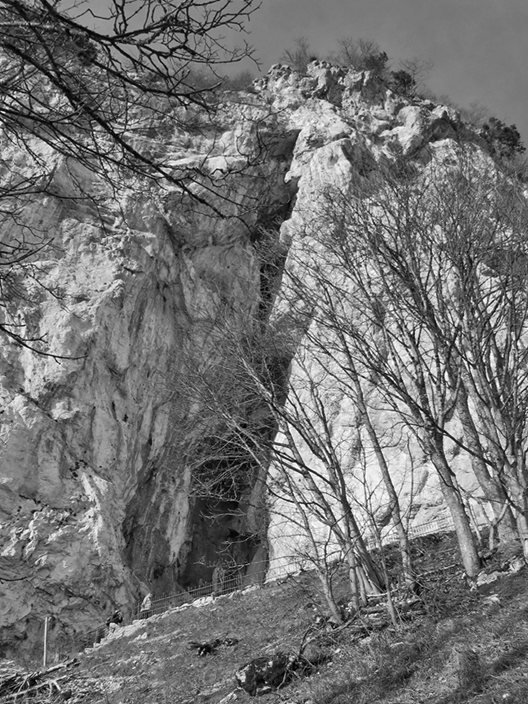 die Mariengrotte unterhalb des Burgfelsens auf welchem die Ruine Falkenstein thront