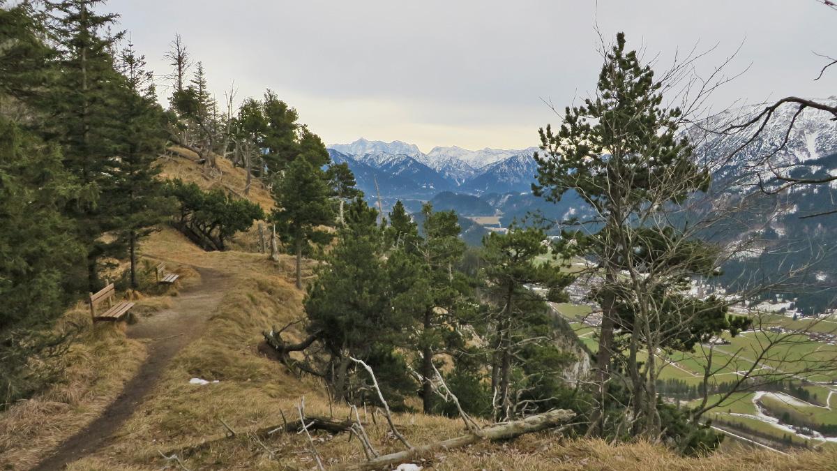 Rastbänke unweit der höchsten Erhebung am Zirmgrat