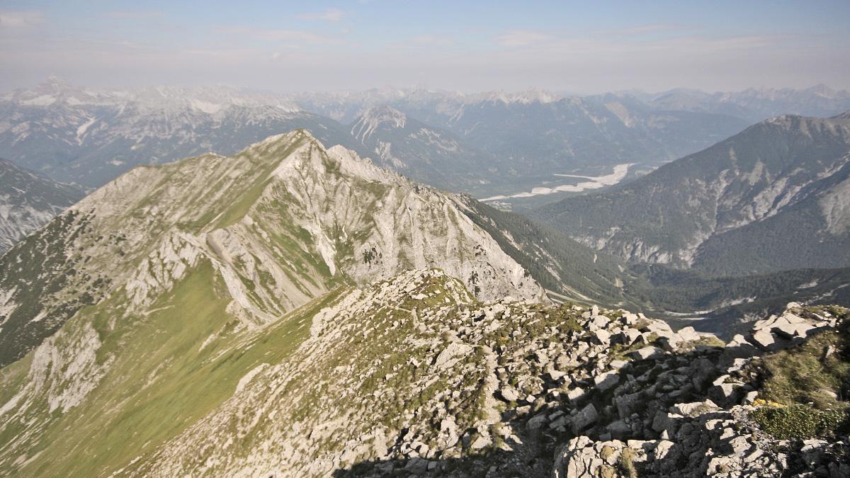 Gipfelblick von der Elmer Kreuzspitze hinab zum Elmer Muttekopf und in das untere Lechtal