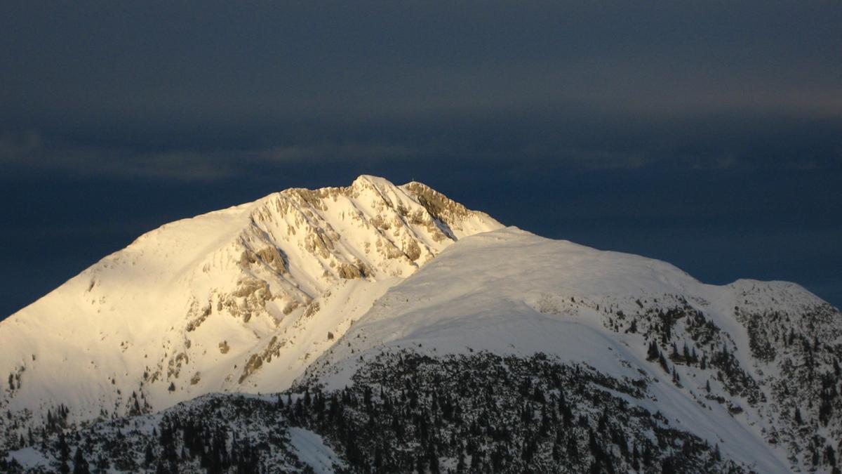 die winterliche Hochplatte und der sanft abfallende Rücken der Hochblasse im Vordergrund rechts