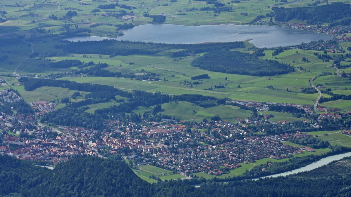 die Stadt Füssen und der Hopfensee