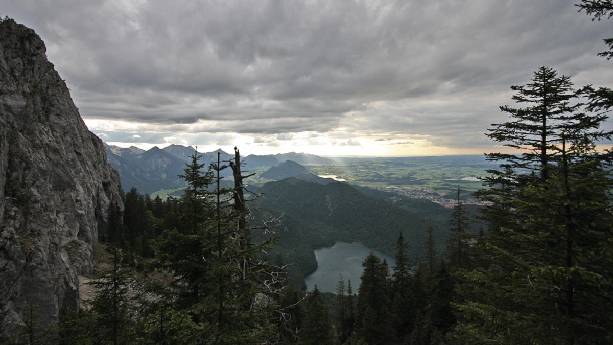 unterhalb gelber Felswände zieht der Steig um den Pilgerschrofen herum - tief unten der Alpsee