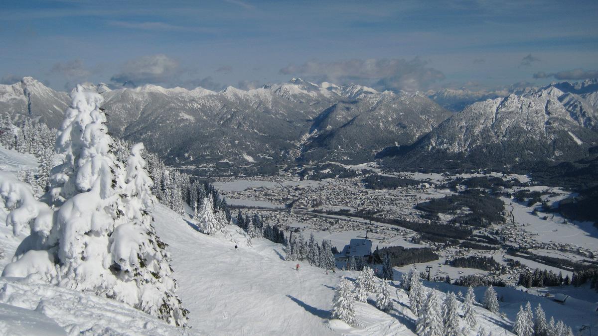 das Skigebiet am Hahnenkamm mit Ausblick auf Reutte