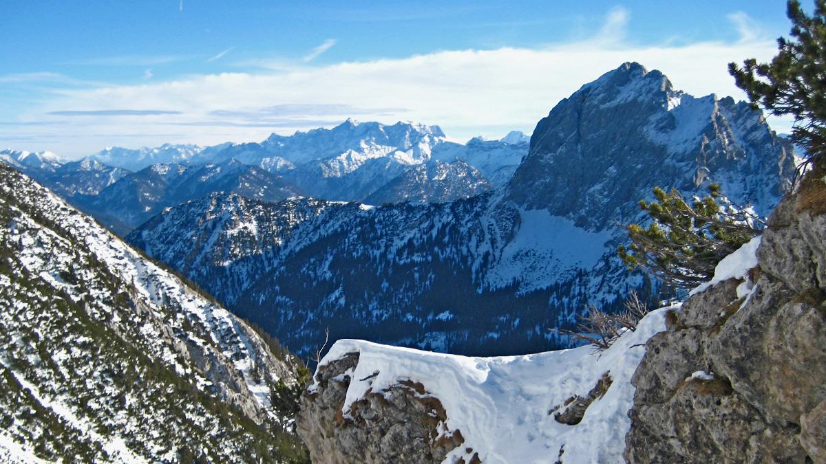 Blick vom Aufstieg zur Großen Schlicke in die Nordwand der Gehrenspitze - im Hintergrund links das Zugspitzmassiv