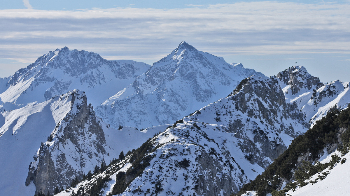 der Haller Schrofen (li.) und die Läuferspitze - im Hintergrund Rauh- und Geißhorn (Gaishorn)