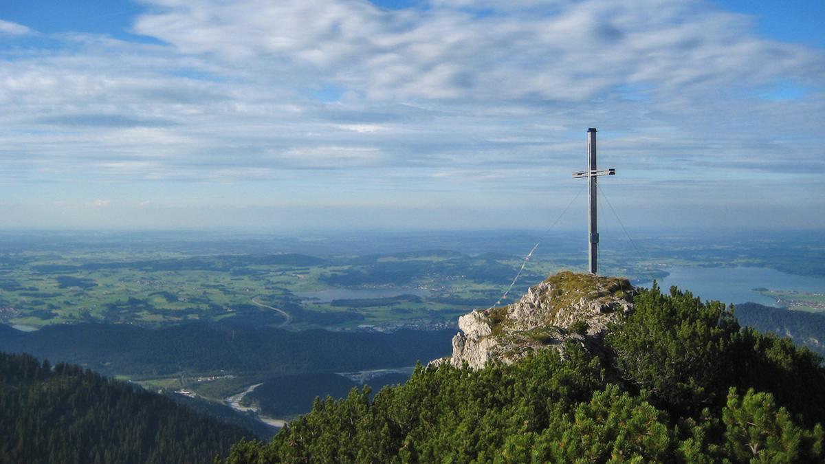 Ausblick vom Hahlekopf auf das Alpenvorland und den Hopfen- sowie Forggensee