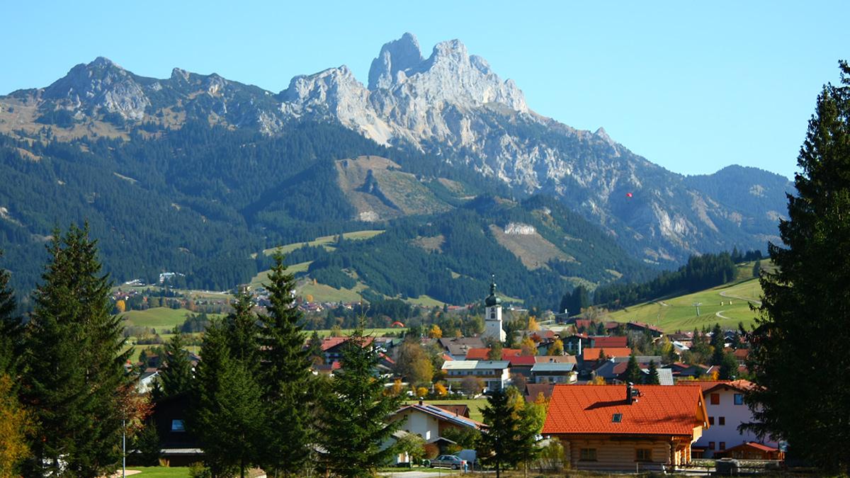 Tannheim und das 'Wahrzeichen' des Tannheimer Tals - die beiden Gipfel des Gimpels und der Roten Flüh