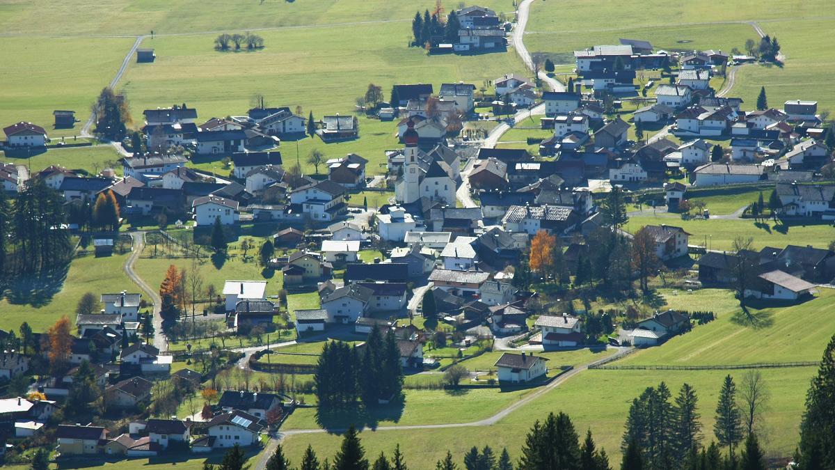 Blick auf den Ortskern von Wängle mit der dem hl. Martin geweihten Pfarrkirche