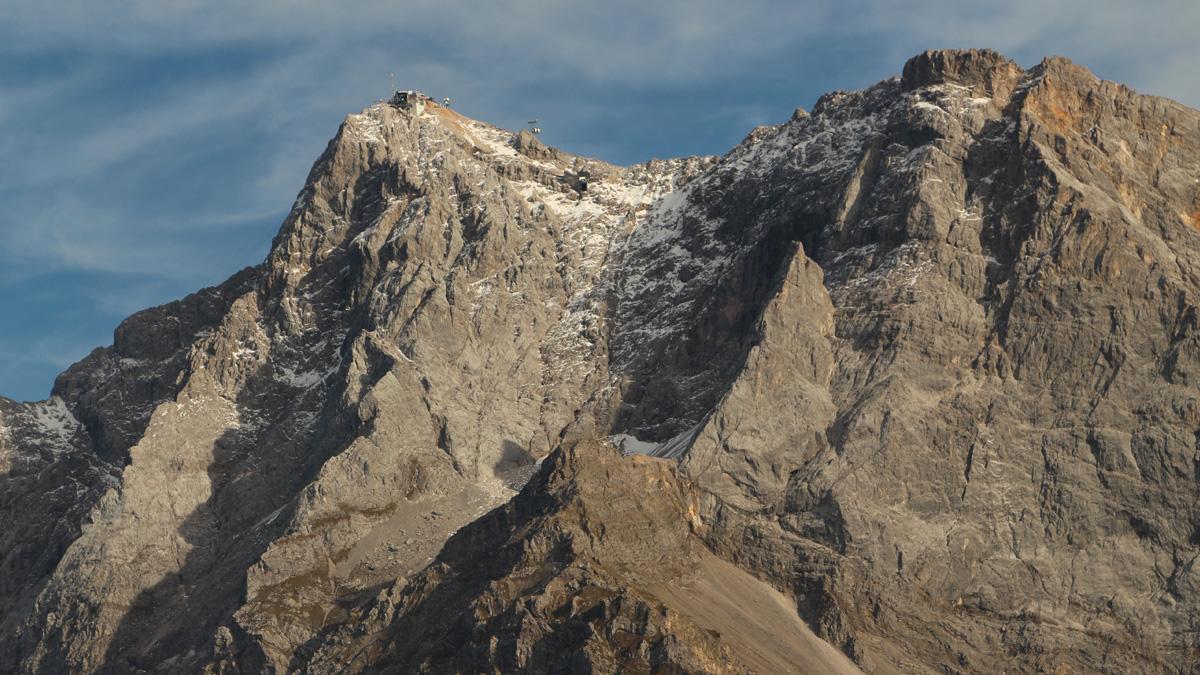 die umfangreichen Bauten am Gipfel der Zugspitze - rechts davon das Zugspitzeck mit dem darunter befindlichen, freistehenden Felsturm des Sonnenspitzls