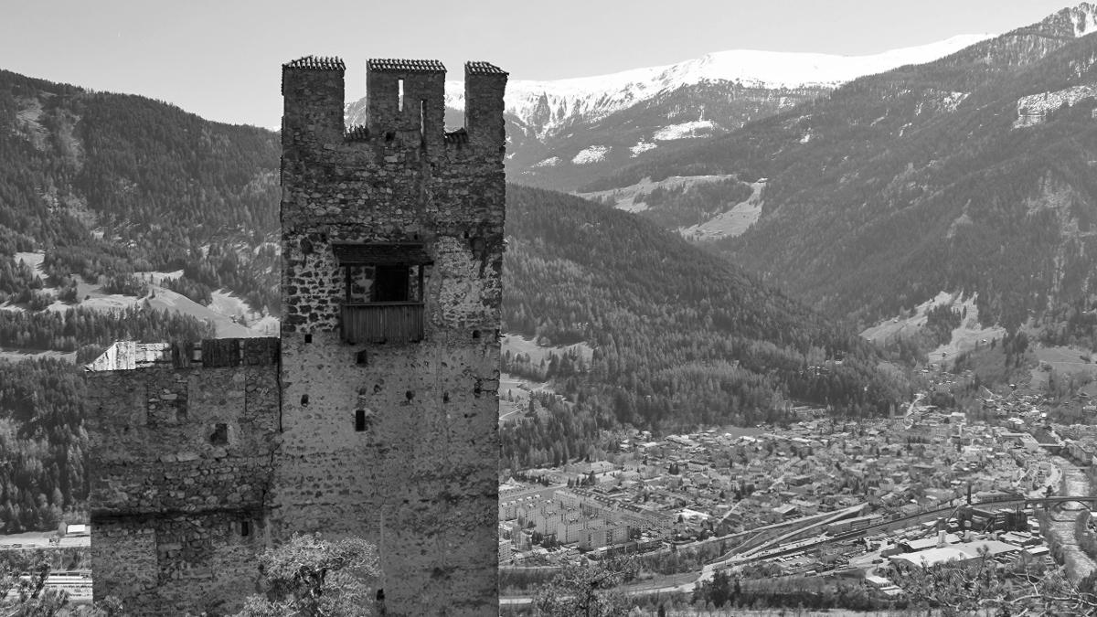 die Ruine Schrofenstein hoch über Landeck