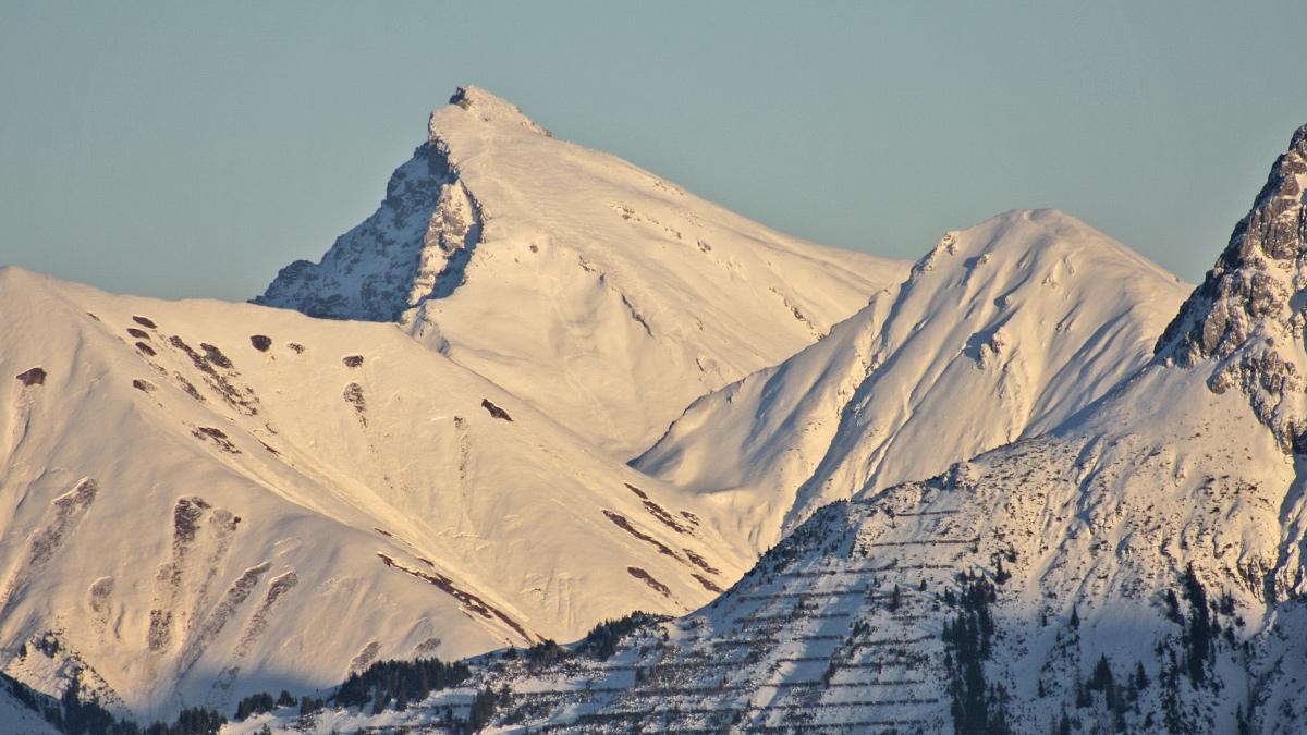 die Südwestflanke der Namloser Wetterspitze ist bei Tourengehern beliebt - im Vordergrund links der Egger Muttekopf, das Sattele und der Ortkopf